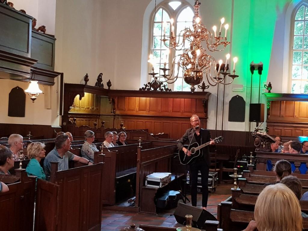 Erwin zingt in kerk 3